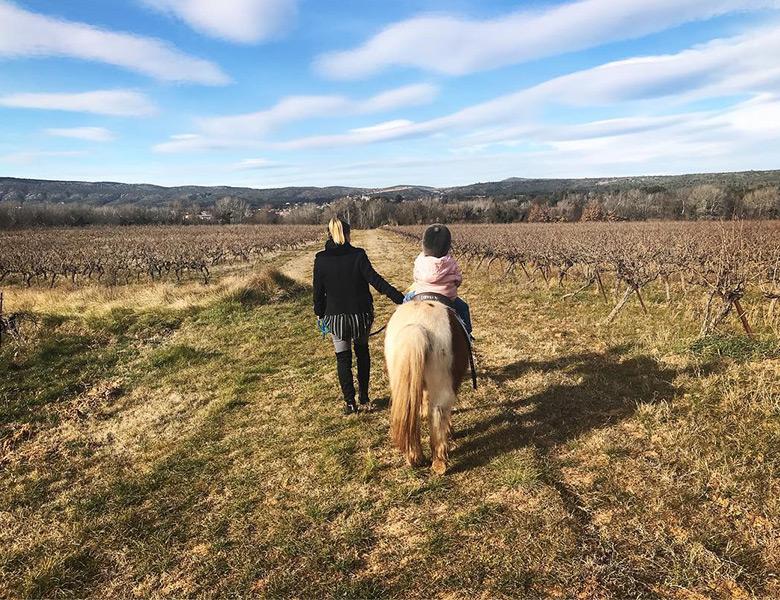 balade à poney au cabanon enchanté à Pourrières dans le var dans la région PACA